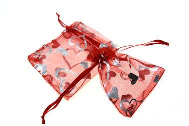 Organza zakje rood met zilveren hartje print