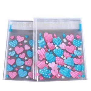 Cellofaan zakjes met plakstrip roze en blauwe hartjes